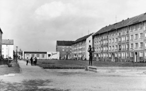 """1967, Hoyerswerda, der Wohnkomplex I mit der Gaststätte """"Glück auf"""" (Foto: Archiv Stadtmuseum Hoyerswerda)"""